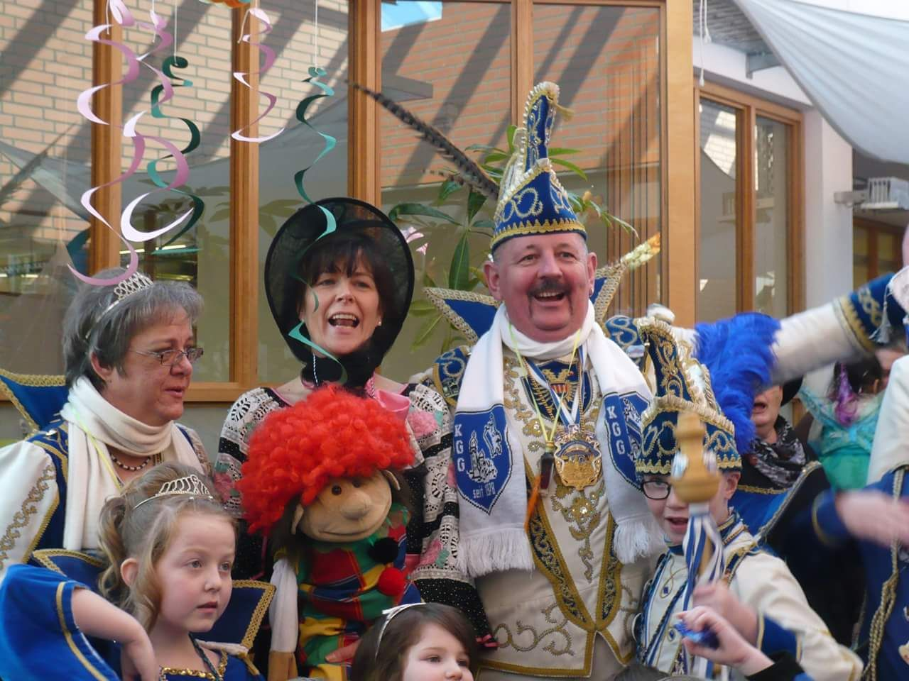 Helau! Viele Grüße von Henry vom Karnevalszug! Er hatte mit der Karnevalsgesellschaft Blau-Weiss-Gemen und den Kindern der DRK-Kita Regenbogen einen großartigen Tag! Hoffentlich hat er nicht zu viele Süßigkeiten gerochen :)